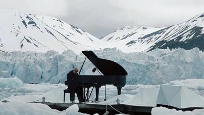 Performans kompozitora Ludovica Einaudija usred oceana