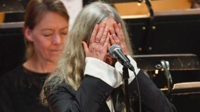 Peti Smit zaboravila reči Dilanove pesme: Američku pevačicu uhvatila trema na dodeli Nobela
