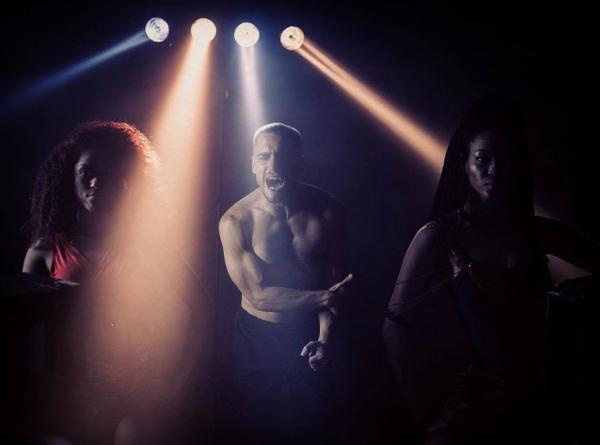 Igor Vince zagreva publiku u Barutani pred nastup benda Havana D' Primera