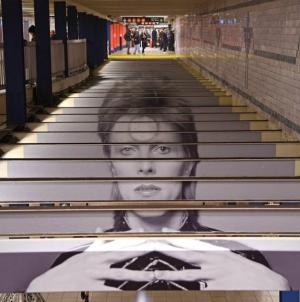 Fotografije Dejvida Bouvija na metro stanici u Njujorku