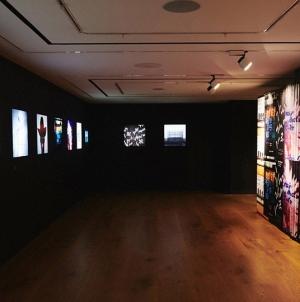 Omoti ploča Chemical Brothers, Grace Jones, Massive Attack prikazani na izložbi dizajnera Toma Hingstona